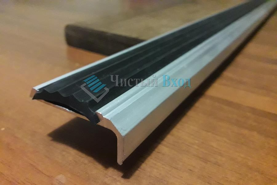 Угол алюминиевый с резиновой вставкой, 40х20 мм