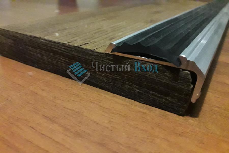 Уголок алюминиевый с резиновой вставкой, 40х20 мм